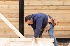 Carpinteiro que trabalha na estrutura de madeira fotos de stock