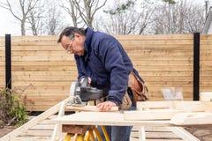 Carpinteiro que trabalha na estrutura de madeira fotos de stock royalty free