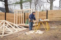 Carpinteiro que trabalha na estrutura de madeira fotografia de stock royalty free