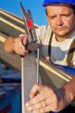 Carpinteiro que trabalha na estrutura de telhado imagem de stock