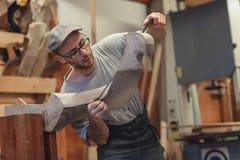Carpinteiro que trabalha no forcola de madeira para a gôndola venetian foto de stock royalty free