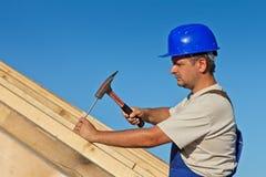 Carpinteiro que trabalha no telhado imagens de stock
