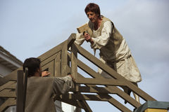 Carpinteiro que trabalha no telhado de nossa senhora da basílica de Hanswijk Imagem de Stock Royalty Free