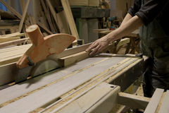 Carpinteiro que usa a serra elétrica Foto de Stock Royalty Free