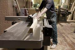 Carpinteiro que usa a serra elétrica Foto de Stock