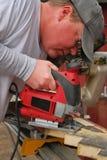 Carpinteiro que usa uma serra Fotografia de Stock