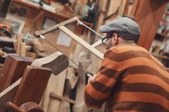 Carpinteiro que vê o detalhe de madeira foto de stock