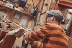 Carpinteiro que vê o detalhe de madeira imagens de stock