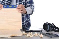 Carpinteiro que verifica ao nível Fotografia de Stock