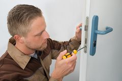 Carpinteiro Repairing Door Lock Fotografia de Stock