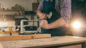 Carpinteiro, trabalho do artesão Uma pessoa trabalha com a madeira, dando forma a lhe com ferramentas vídeos de arquivo