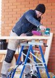 Carpinteiro Working Polishing Machine Fotos de Stock Royalty Free