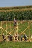 Carpinteiros de Amish no levantamento do celeiro fotografia de stock