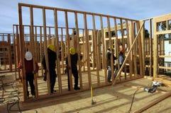 Carpinteiros latino-americanos que contructing o edifício de apartamento Fotografia de Stock