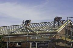 Carpinteiros que aplicam sarrafos do telhado Foto de Stock