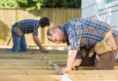 Carpinteiros que trabalham no canteiro de obras fotografia de stock