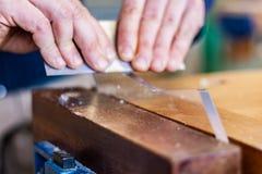 Carpintería y arte del vidrio, un empleo honesto dentro de una forma de vida sostenible Carpintería y corte foto de archivo libre de regalías