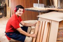 Carpintero Arranging Wooden Planks en taller fotos de archivo libres de regalías