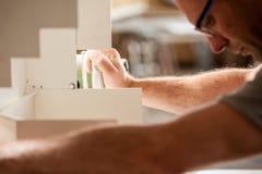 Carpintero centrado en su trabajo Imágenes de archivo libres de regalías