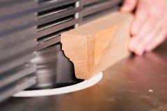 Carpintero con el cortador eléctrico Imágenes de archivo libres de regalías