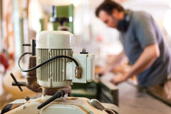 Carpintero con el cortador eléctrico Imagen de archivo