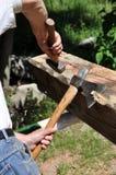 Carpintero con el martillo del hacha y de la mano Foto de archivo libre de regalías