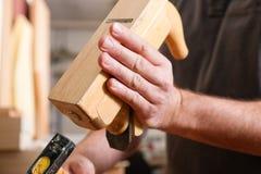 Carpintero con la alisadora y el martillo de madera Imagen de archivo libre de regalías