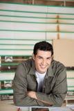 Carpintero confiado Leaning On Table foto de archivo libre de regalías