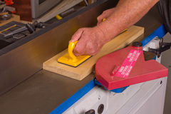 Carpintero de la manía que usa una máquina de articulación Imagen de archivo