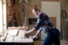 Carpintero de la muchacha que trabaja en taller foto de archivo
