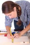 Carpintero de la mujer en el trabajo Imagen de archivo libre de regalías