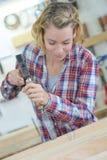 Carpintero de sexo femenino que trabaja en taller fotografía de archivo