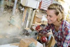 Carpintero de sexo femenino que trabaja en taller imágenes de archivo libres de regalías
