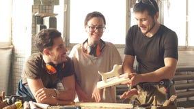 Carpintero de sexo masculino que muestra a colegas su nuevo producto almacen de video