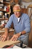 Carpintero del hombre mayor que trabaja con madera fotos de archivo libres de regalías