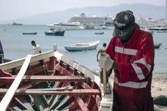 Carpintero del trabajador que repara un barco de madera Fotos de archivo