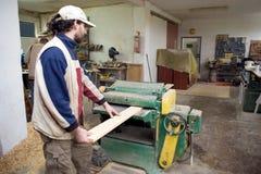Carpintero en el trabajo. Fotografía de archivo libre de regalías