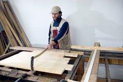 Carpintero en el trabajo. Imagenes de archivo