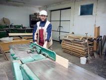 Carpintero en el trabajo. Fotos de archivo