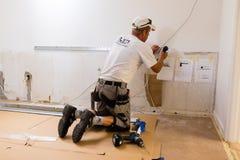 Carpintero en el trabajo con el screwdriwer Imagen de archivo