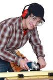 Carpintero en el trabajo sobre el banco de trabajo Imagen de archivo libre de regalías