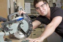 Carpintero en el trabajo sobre trabajo usando la herramienta eléctrica Imágenes de archivo libres de regalías