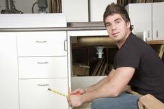 Carpintero en el trabajo sobre trabajo usando la herramienta eléctrica Fotografía de archivo