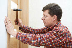 Carpintero en la instalación de la puerta foto de archivo libre de regalías
