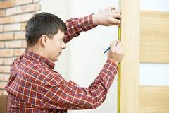 Carpintero en la instalación de la puerta fotografía de archivo libre de regalías