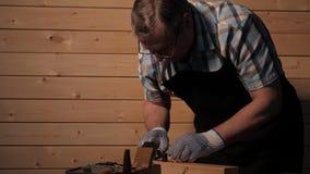 Carpintero mayor que se prepara para trabajar almacen de metraje de vídeo