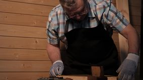 Carpintero mayor que trabaja con la regla metrajes