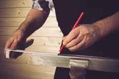 Carpintero mayor que trabaja en su taller Fotografía de archivo