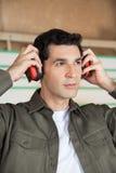 Carpintero pensativo Wearing Ear Protectors foto de archivo