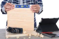 Carpintero que comprueba llano Fotografía de archivo